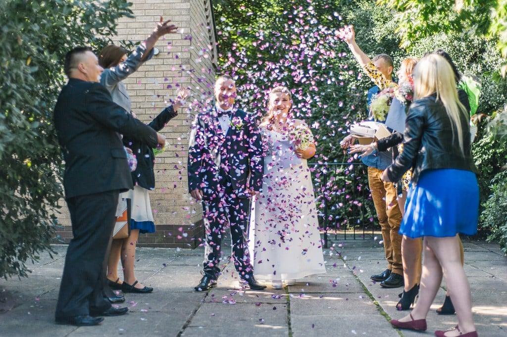 Para młoda, konfetti po ceremonii