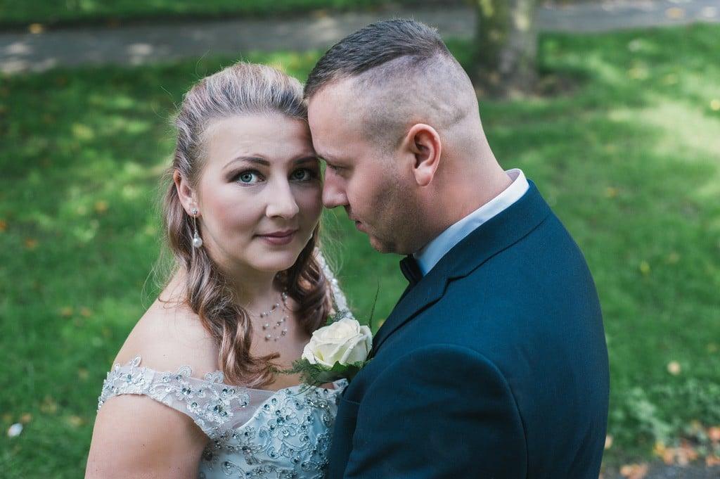 Para młoda w parku - fotografia ślubna