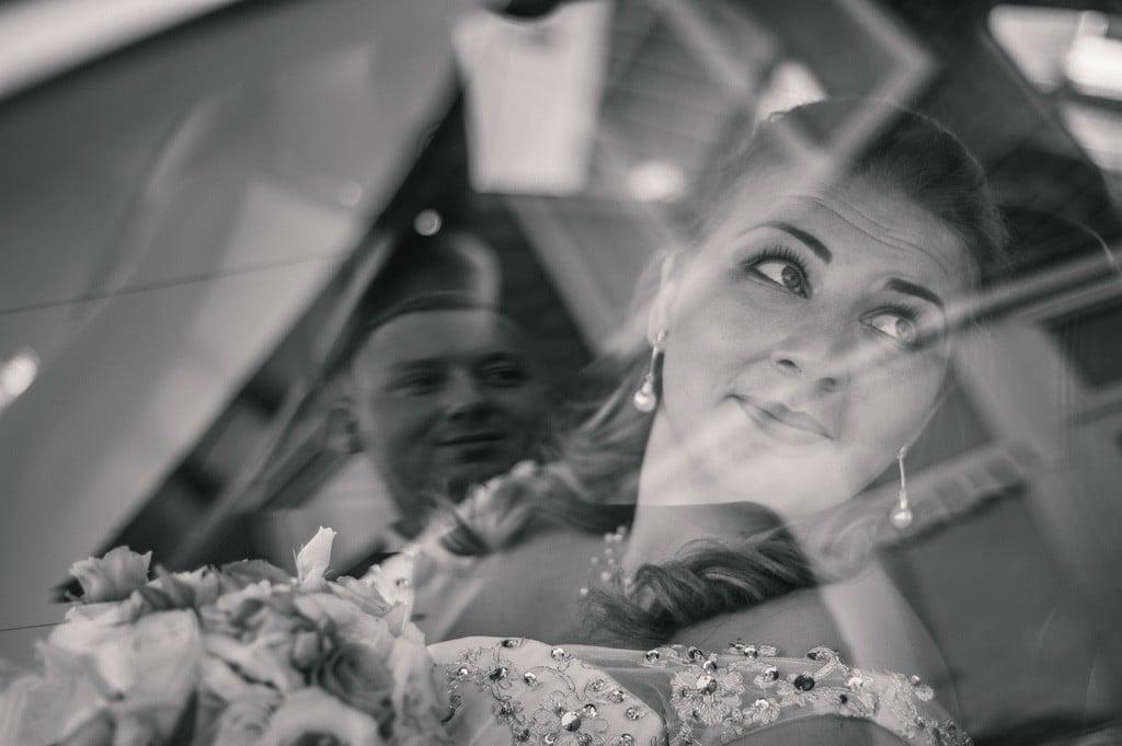 Portret ślubny odbicie w szybie samochodu