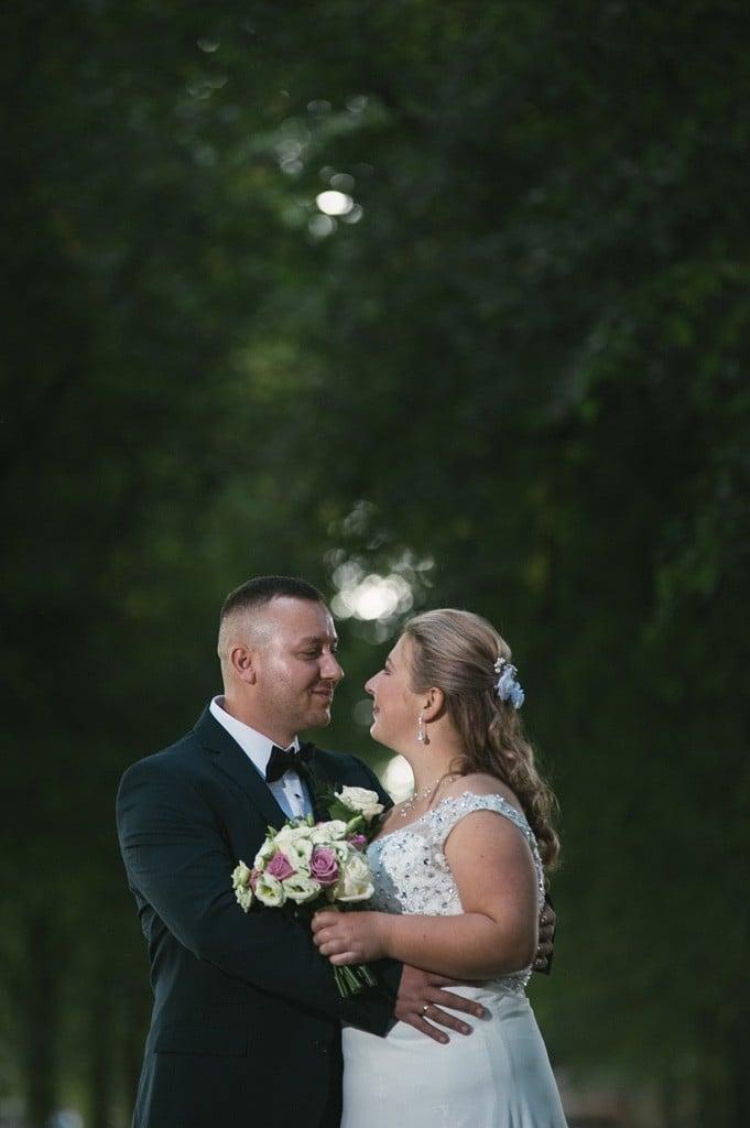 fotografia ślubna w anglii, para mloda w parku
