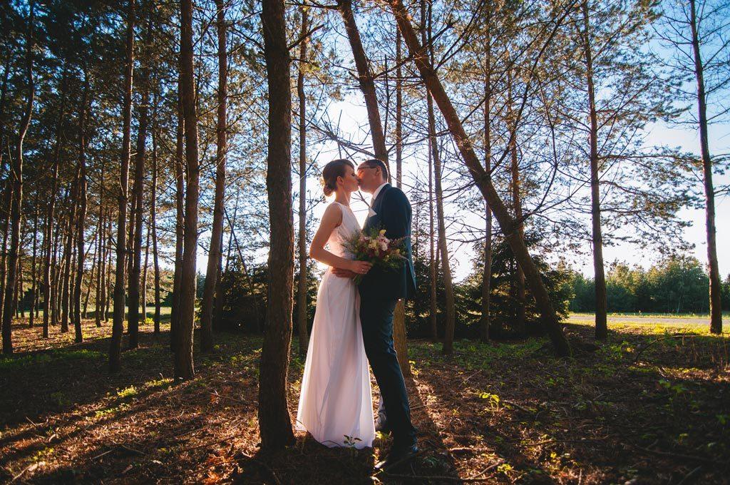 Fotograf ślubny Chojnice - sesja w lesie