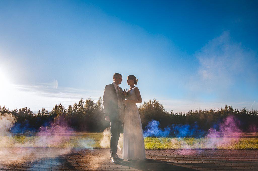 Kolorowe świece dymne - fotografia ślubna