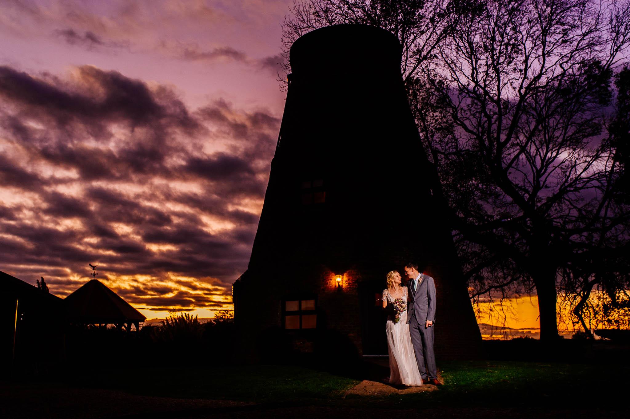 Lauren i Nathaniel w dniu ślubu o zachodzie słońca