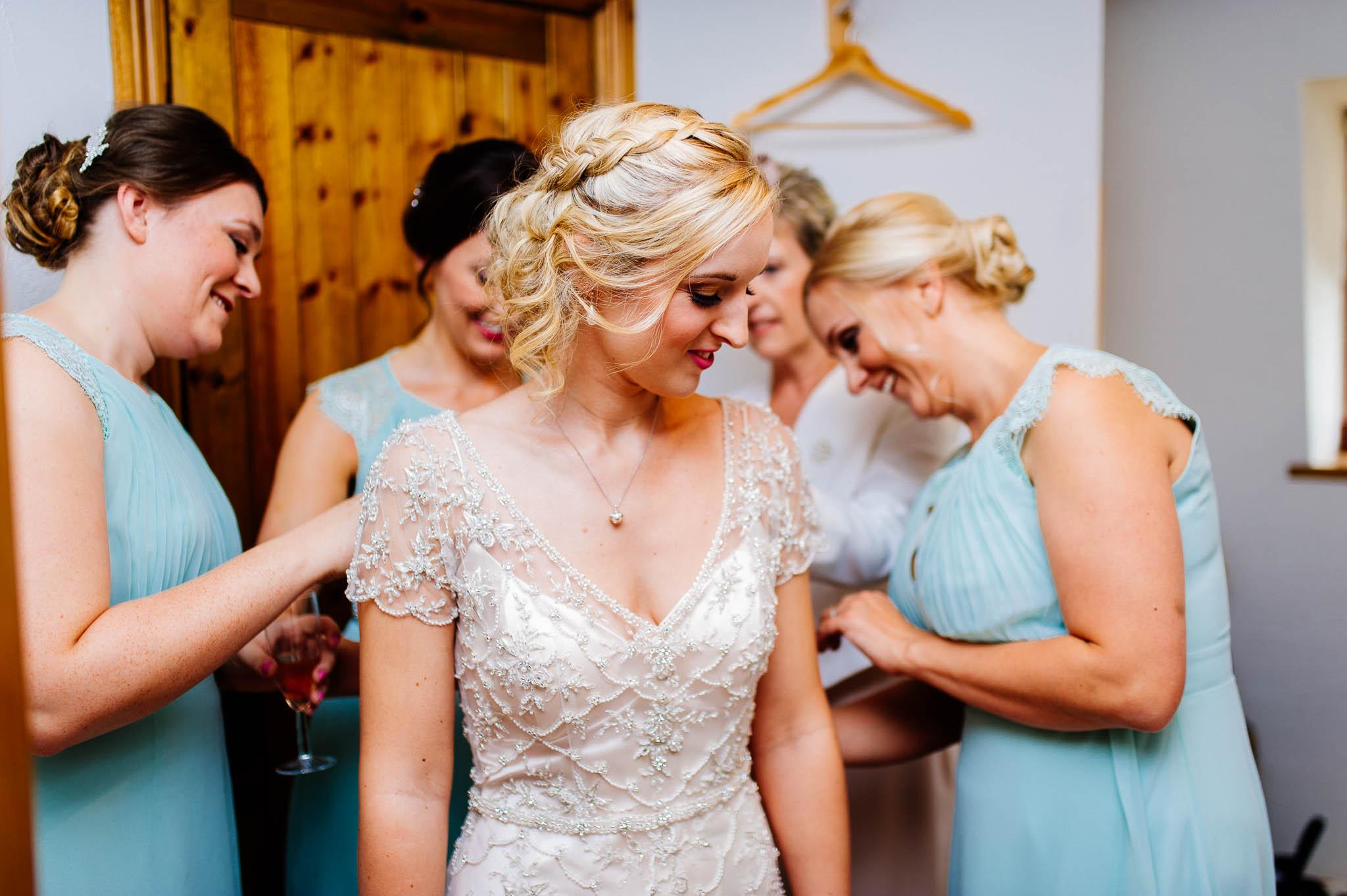 Panna Młoda podczas przygotowań ślubnych