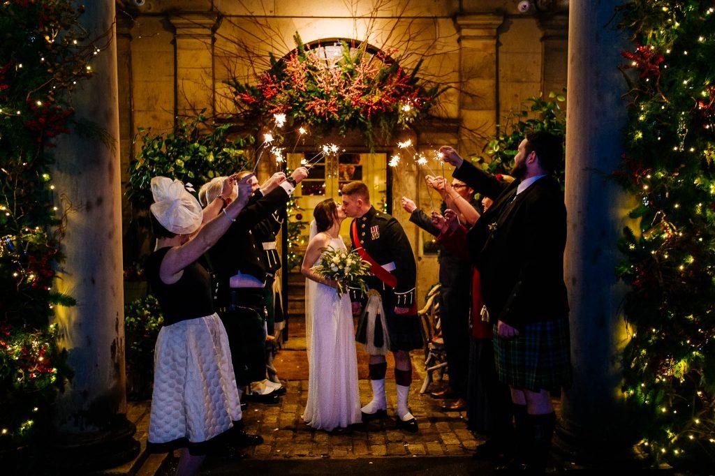 Sparklers exit po ślubie Laury i Johna