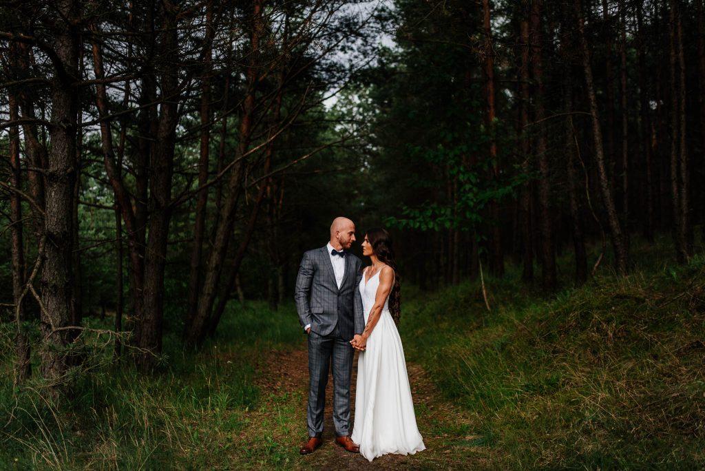 Para młoda na sesji ślubnej w lesie koło Gdańska