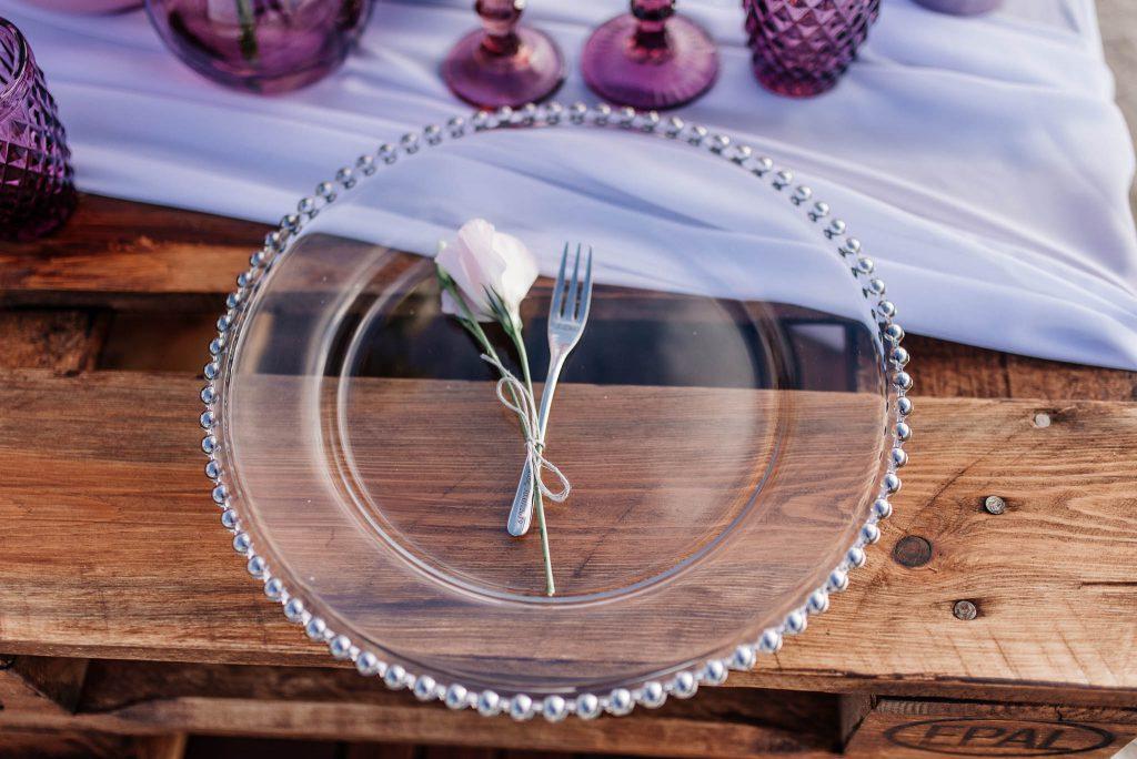 Nakrycie stołu weselnego na plazy