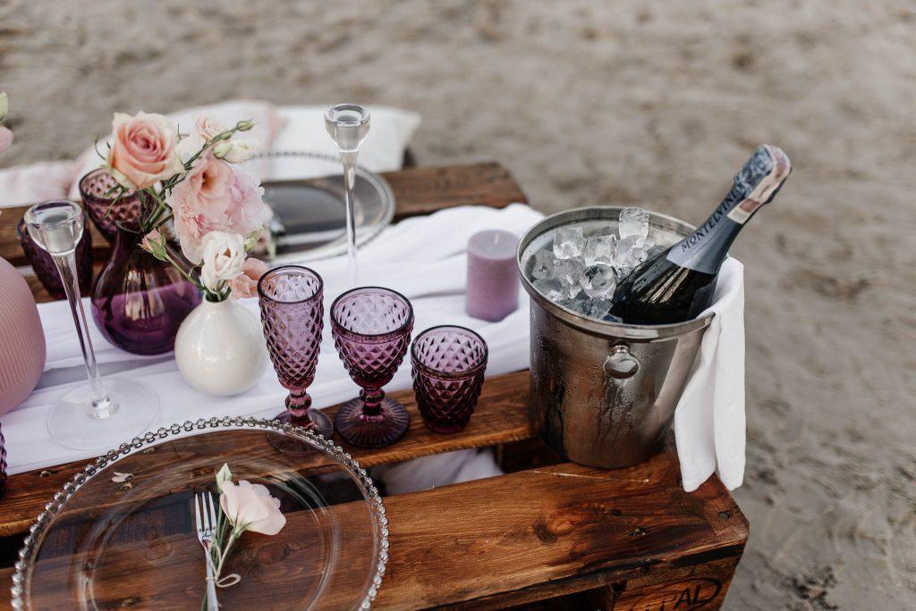 Szampan i nakrycie stołu weselnego nad morzem w Gdańsku