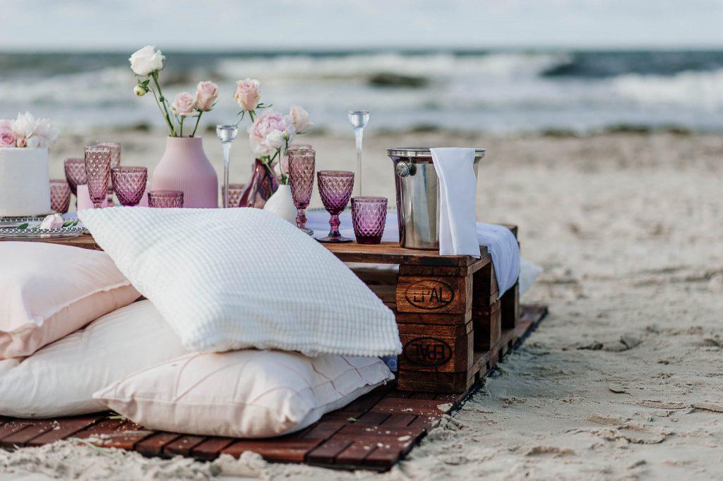 Dekoracje na sesji ślubnej nad morzem