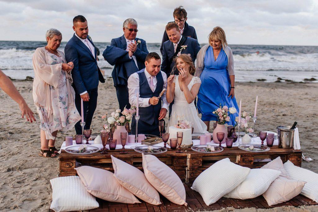 Krojenie tortu weselnego nad morzem w Trójmieście
