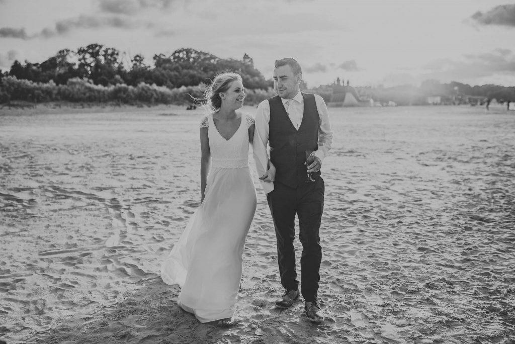Para młoda na sesji ślubnej na plaży