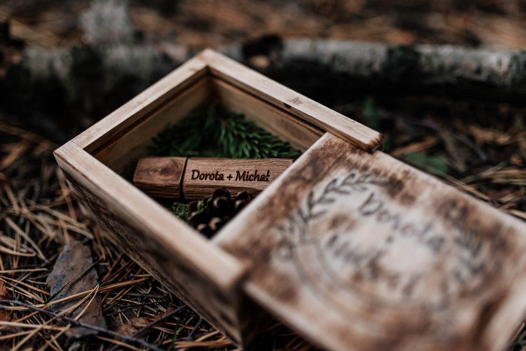 Ślubny pendrive w drewnianym pudełku