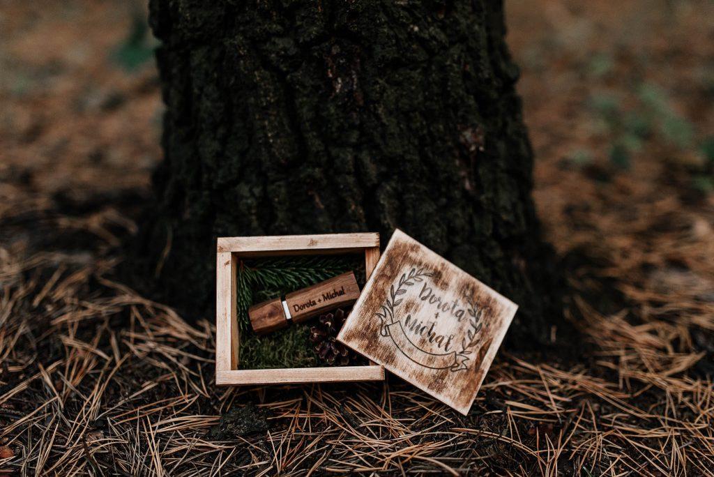 Drewniany pendrive ślubny w drewnianym pudełku z grawerem