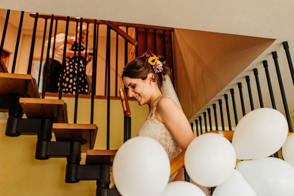 Pani młoda schodzi po schodach