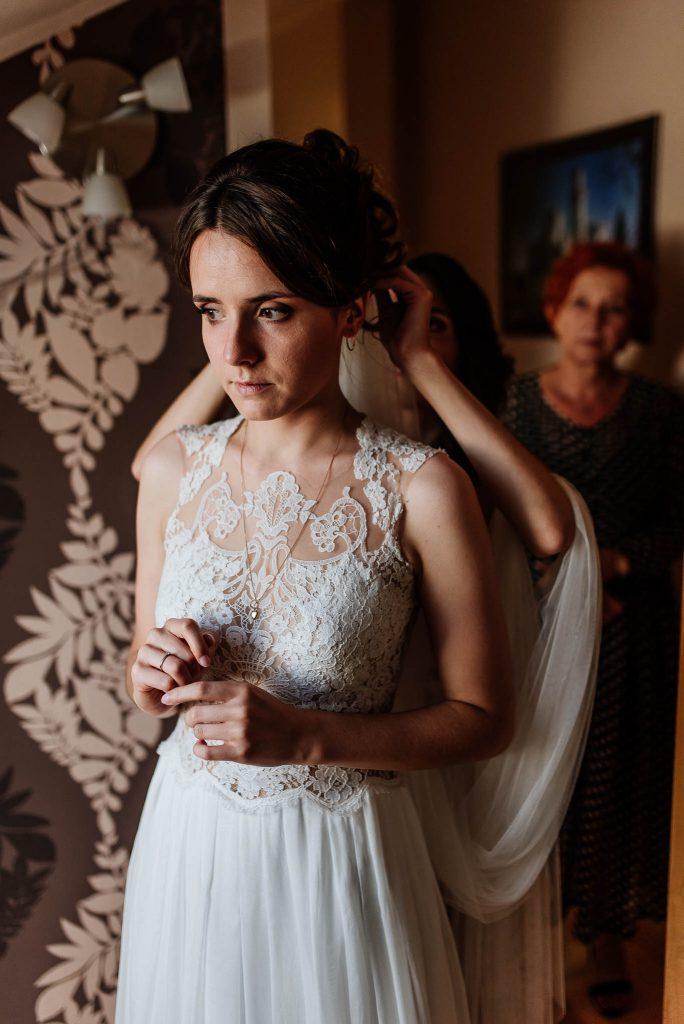 Nakładane welonu ślubnego