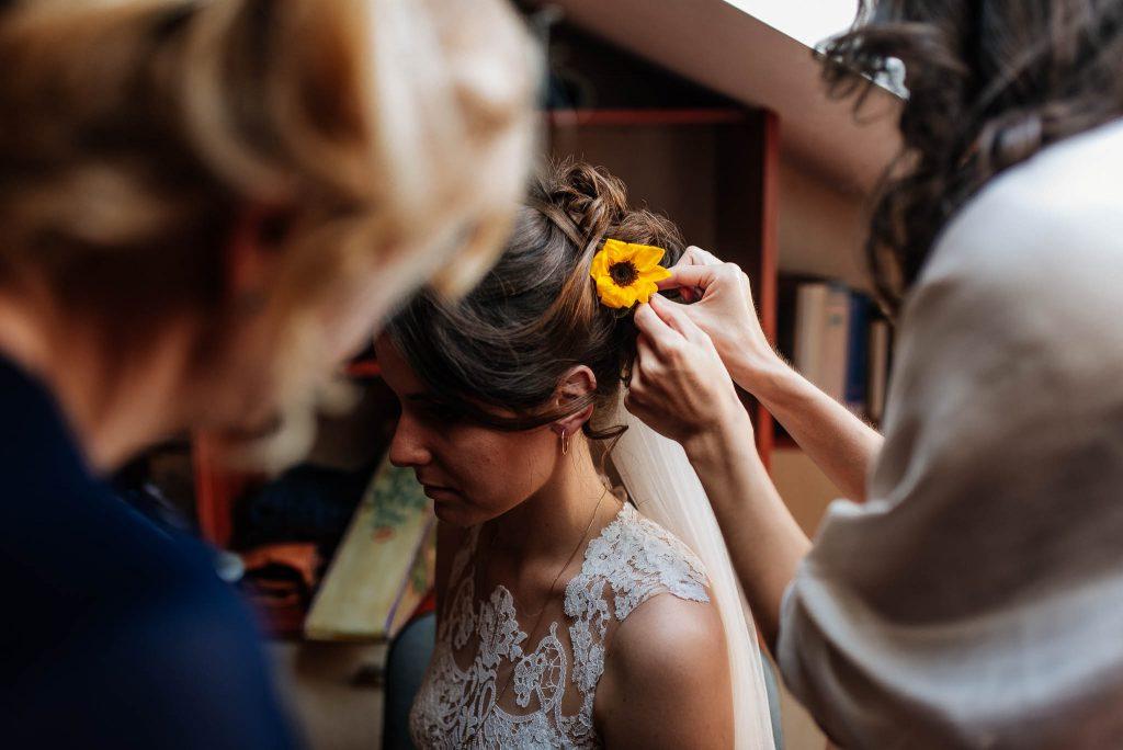 Kwiat we włosach panny młodej