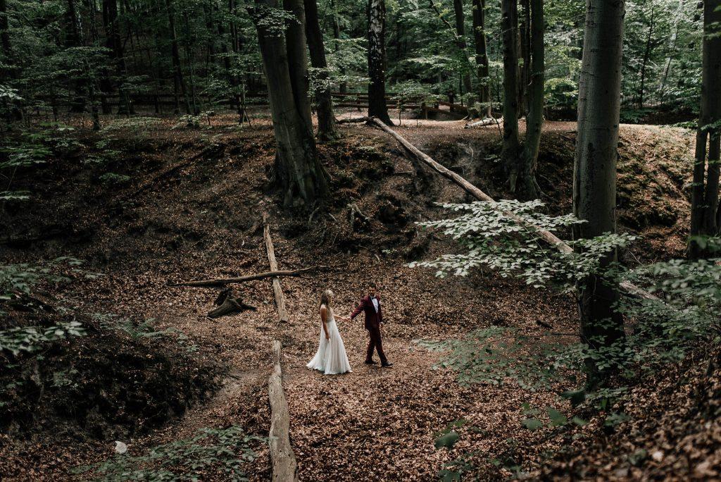 Para młoda na sesji plenerowej w lesie