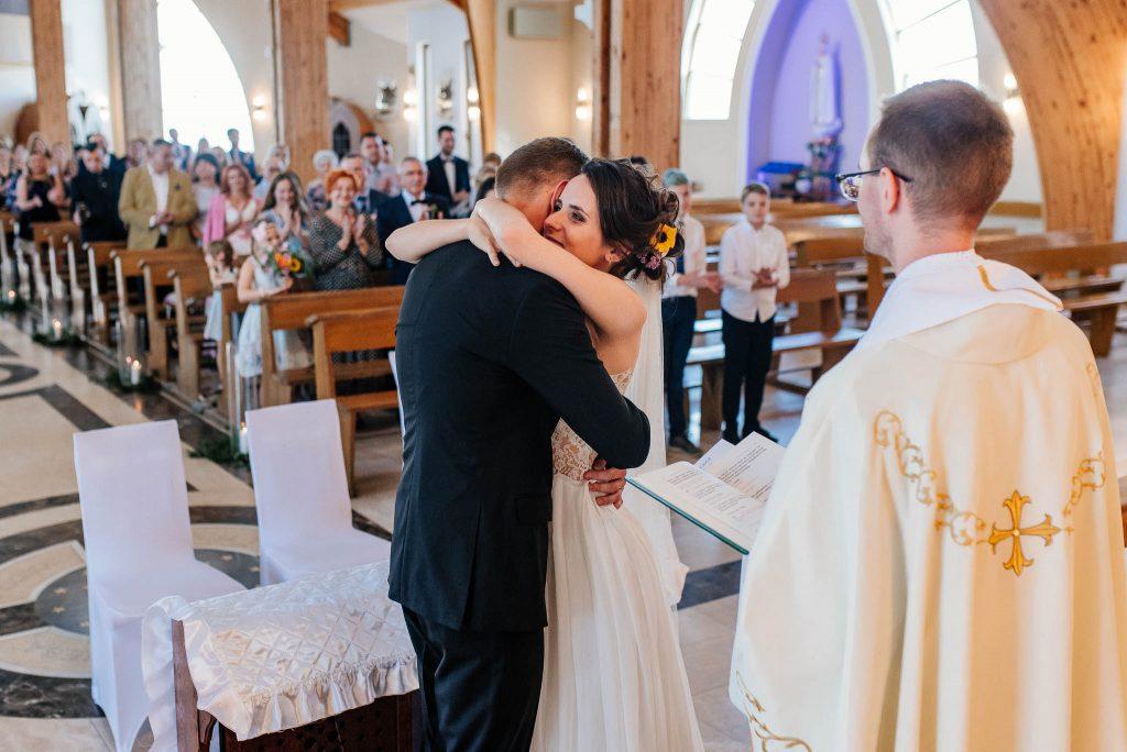 Szczęśliwa para młoda na ceremonii śłubnej