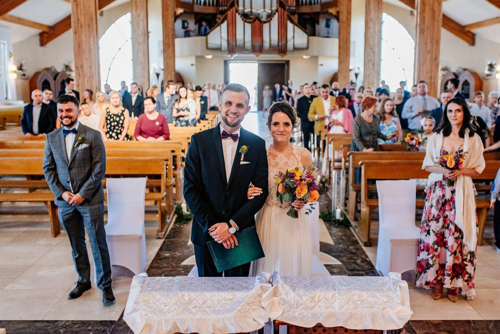 Małżonkowie zatas po ślubie w kościele św Ojca Pio w Gdańsku
