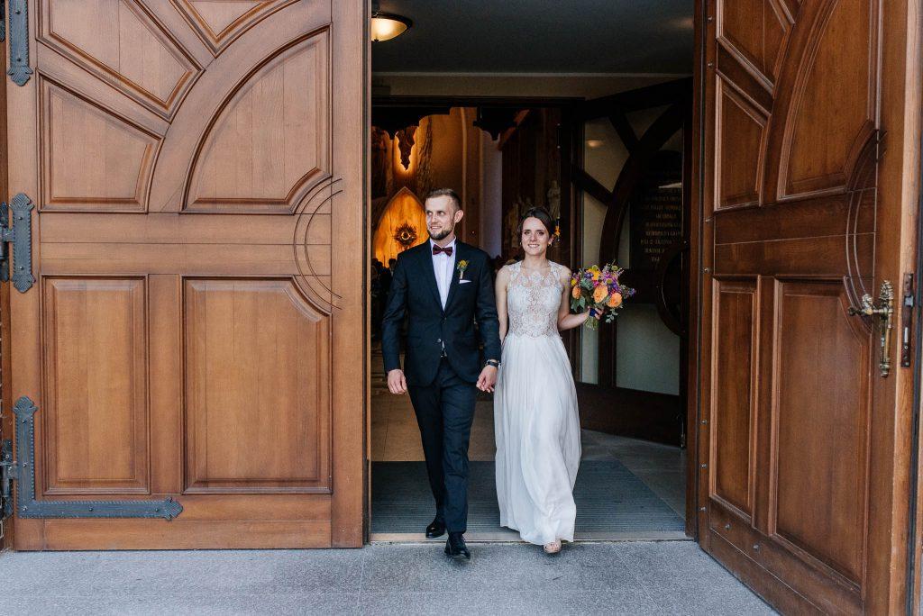 Nowożeńcy zaraz po ślubie w parafii św Ojca Pio w Gdańsku