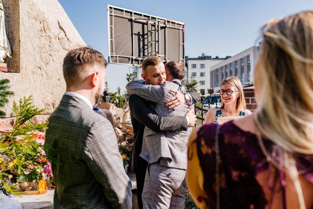 Gratulacje dla nowożeńców zaraz po ślubie w Gdańsku