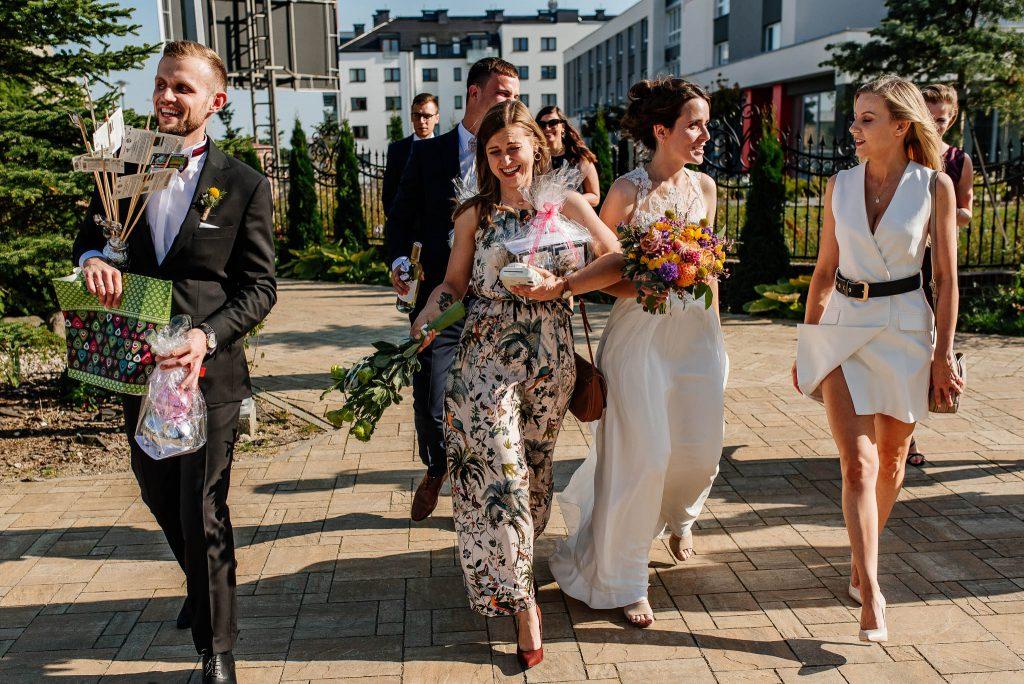 Orszak weselny po ślubie