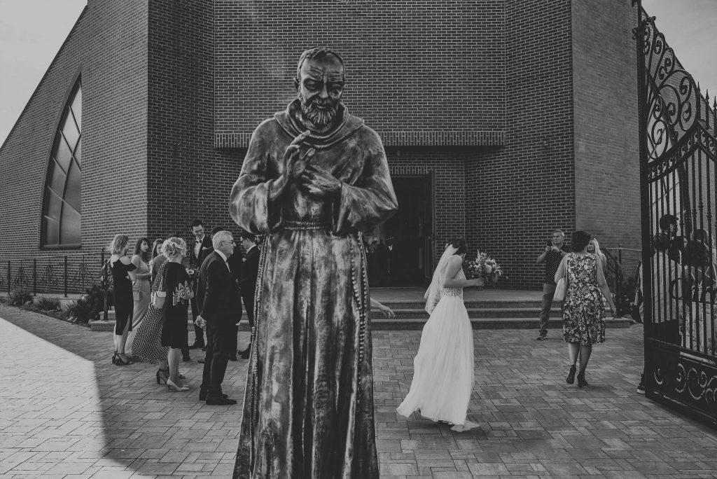 Pani młoda przed kościołem w Gdańsku