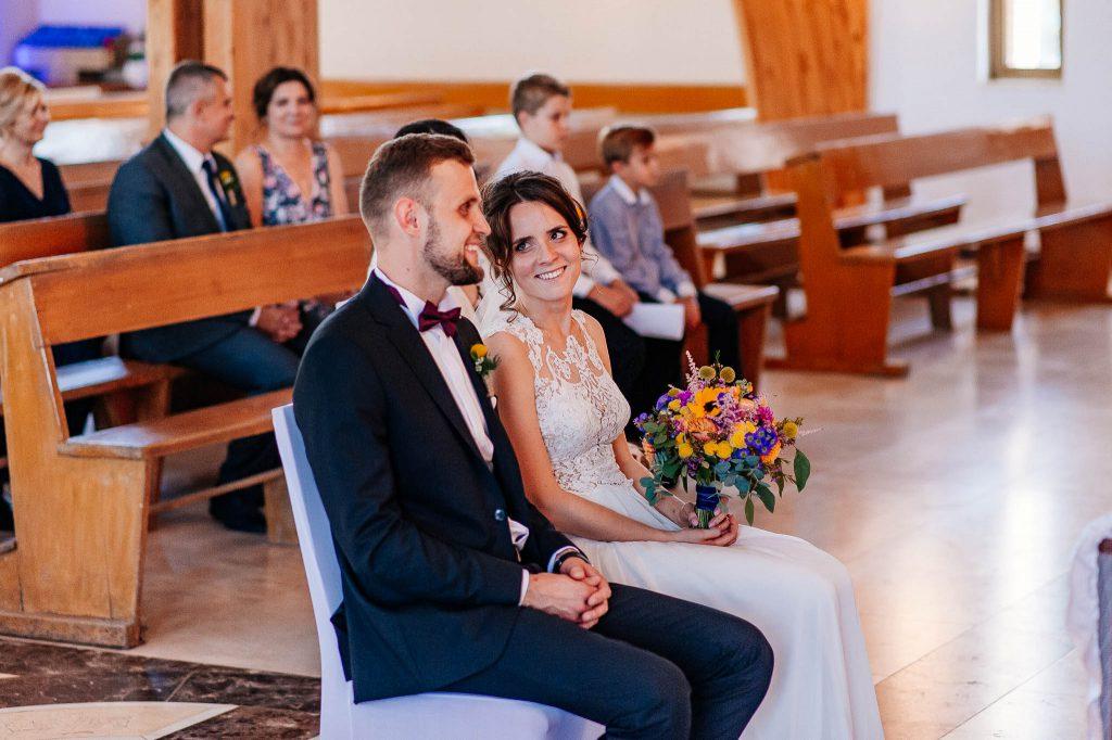 Państwo młodzi podczas ślubu w parafii św Ojca Pio w Gdańsku