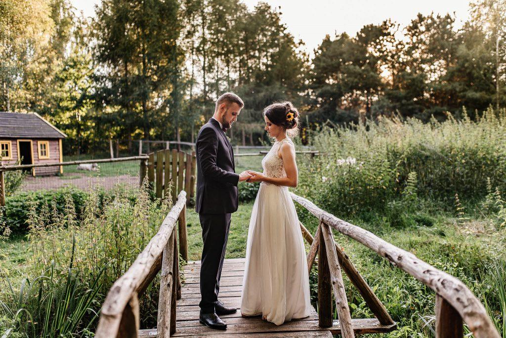 Plener ślubny w trakcie wesela w Karczmie Swojak w Otominie