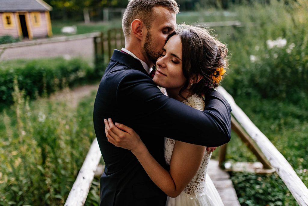 Uścisk nowożeńców na sesji plenerowej