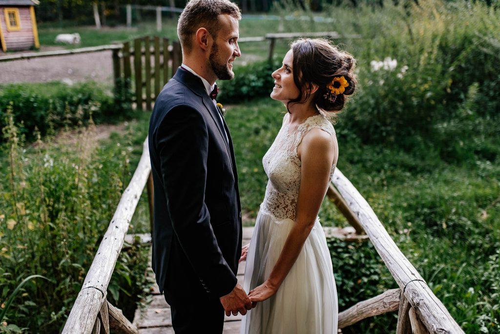 Państwo Młodzi na zdjęciach podczas wesela w Karczma Swojak