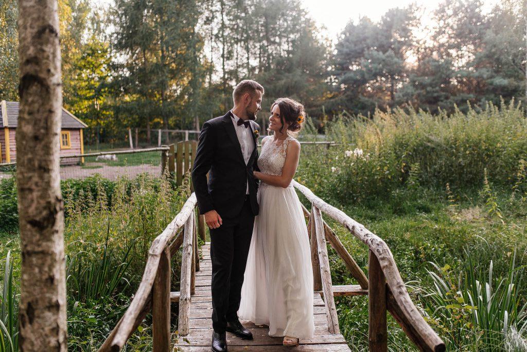 Karczma Swojak ma piękny drewniany most na zdjęcia plenerowe