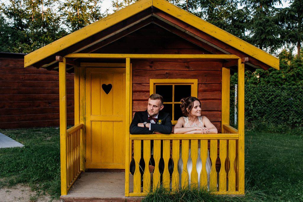 Żółty drewniany domek Karczma Swojak