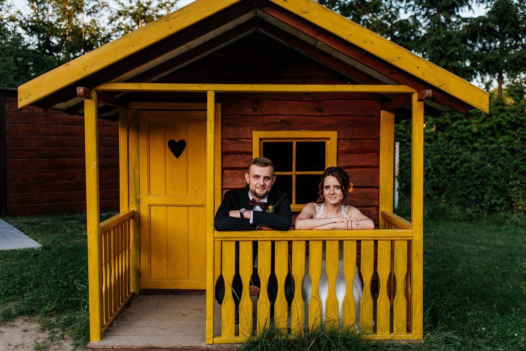 Młodu podczas sesji ślubnej w drewnianym domku