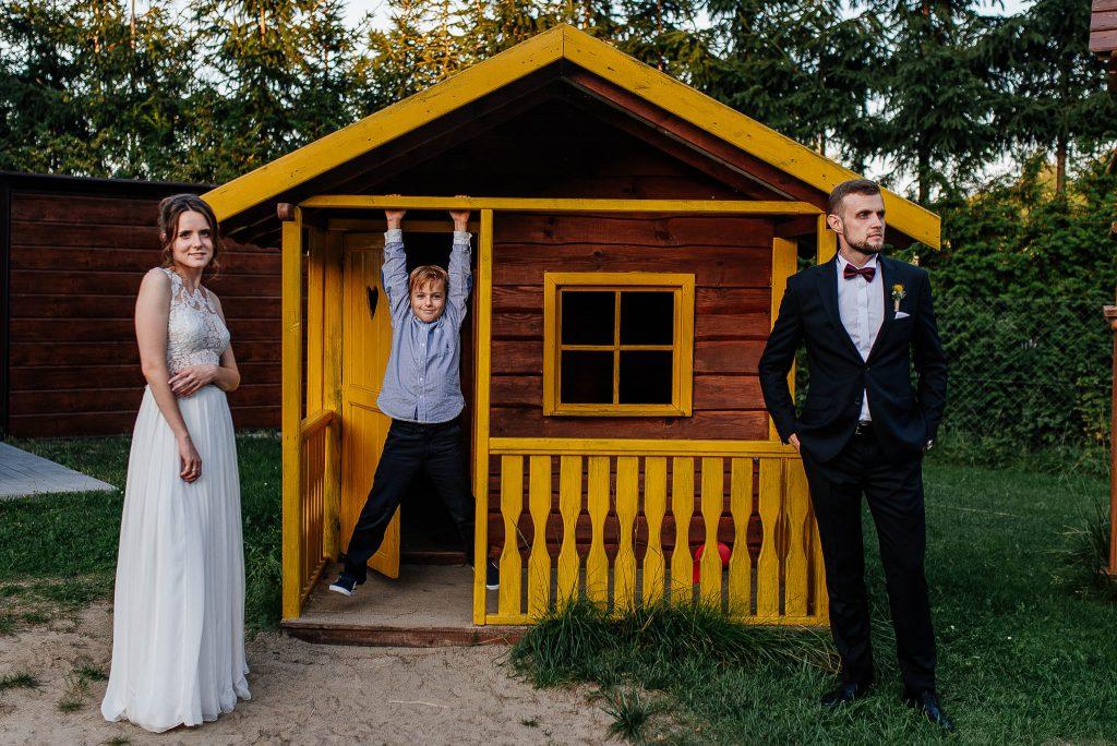 Fotobomba na sesji ślubnej przy drewnianej szopce