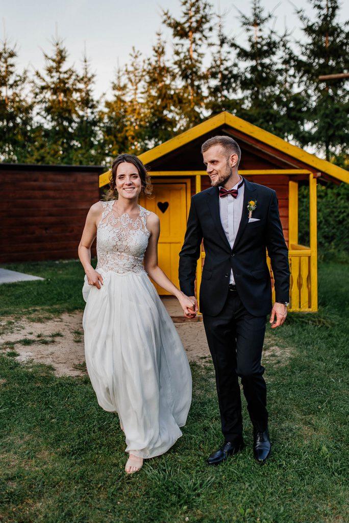 Plenerowa sesja ślubna z drewnianą szopą koło Karczmy Swojak
