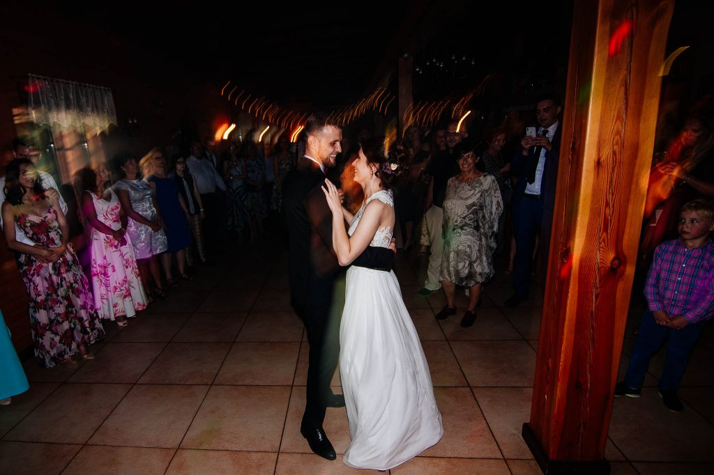 Pierwszy taniec na weselu w karczmie swojak