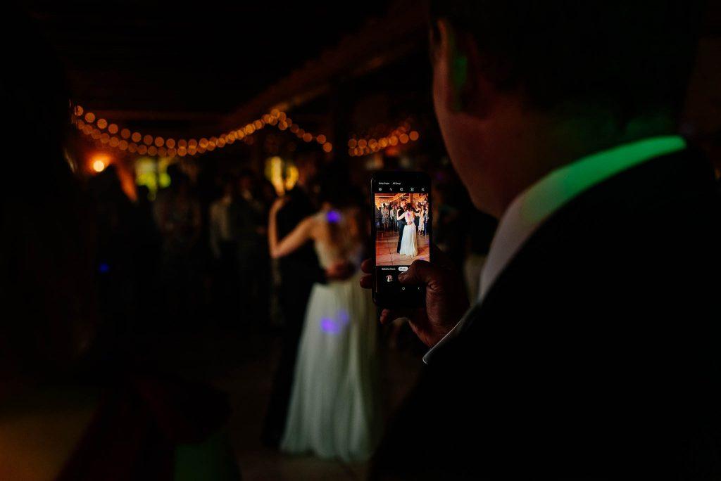 Gość filmuje pierwszy taniec