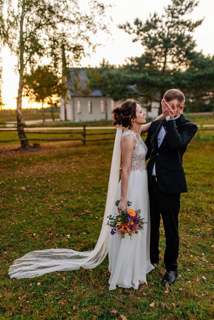 Nowożeńcy na zdjęciach ślubnych obok Karczmy Swojak