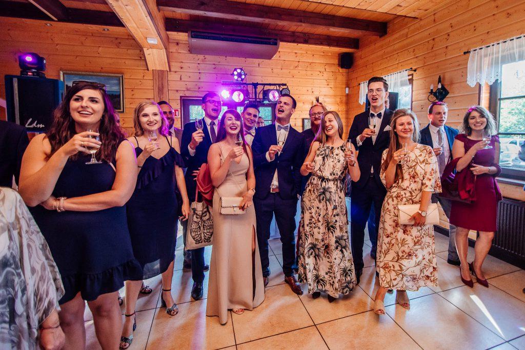 Pierwszy toast i śpiewy na weselu