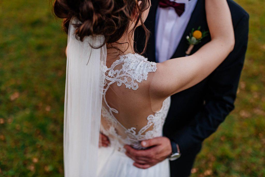 Suknia ślubna detale na plecach pani młodej