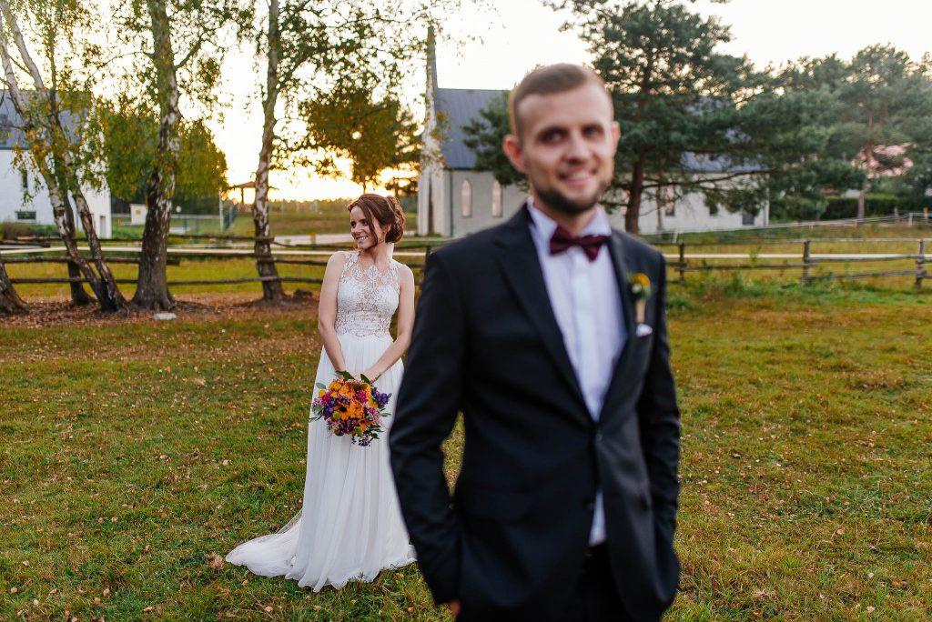 Portret nowożeńców podczas wesela w Karczmie Swojak w Otominie