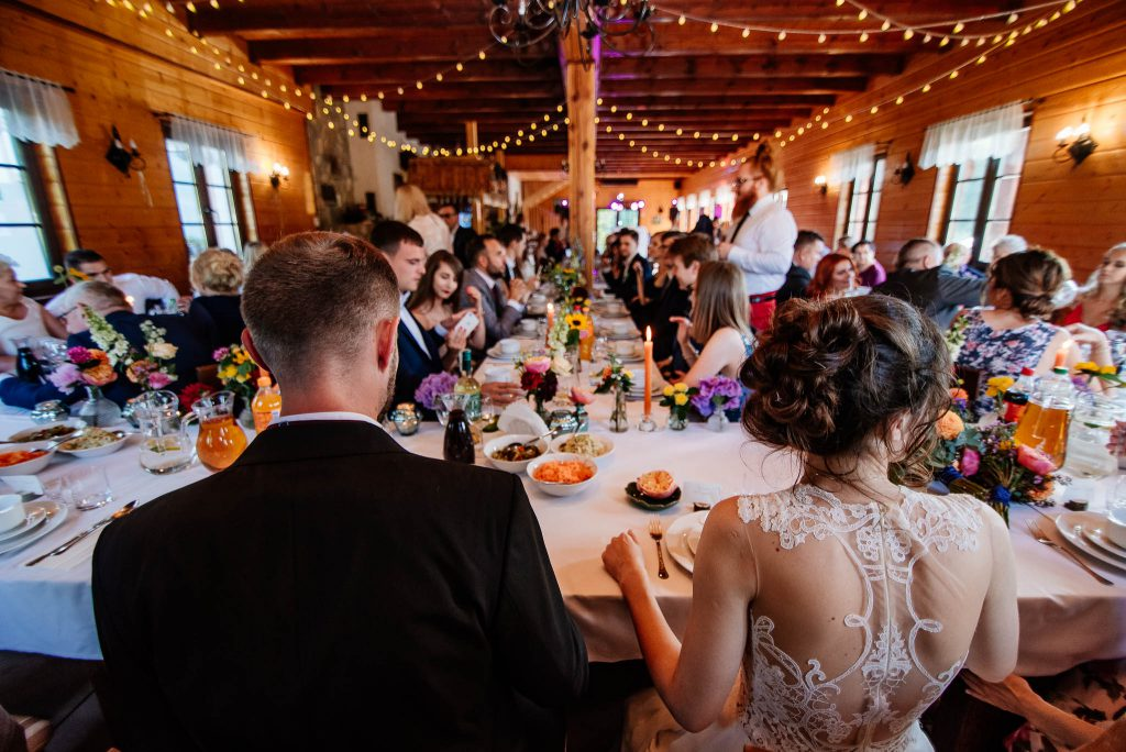 Państwo młodzi przy stole weselnym Karczma Swojak Otomin