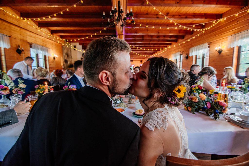 Pocałunek nowożeńców Karczma Swojak Otomin