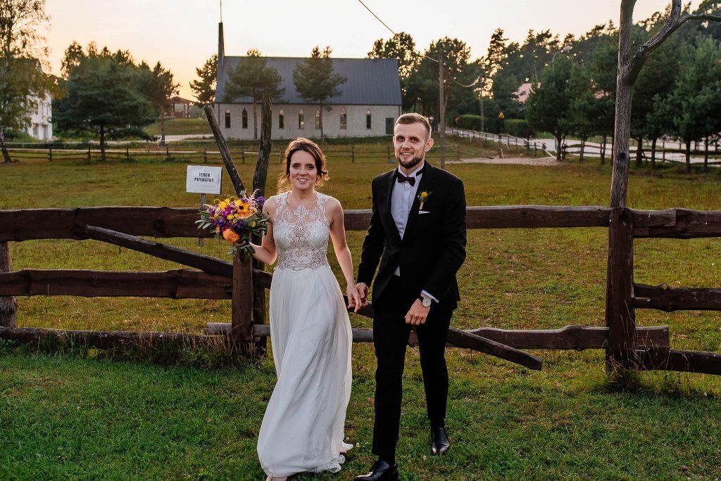 Para młoda po sesji ślubnej w Karczmie Swojak