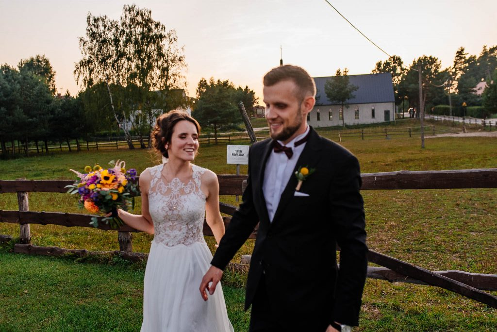 Para młoda na sesji plenerowej w dniu ślubu
