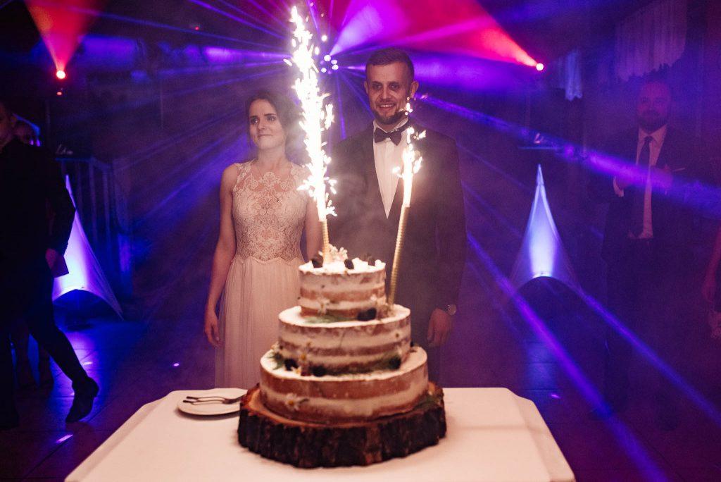 Tort ze świecami na sali weselnej