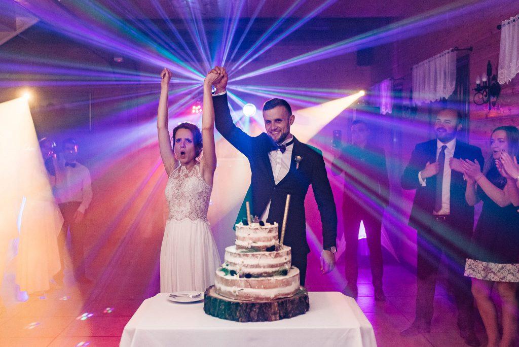 Nowożeńcy zapraszają na tort Karczma Swojak wesele