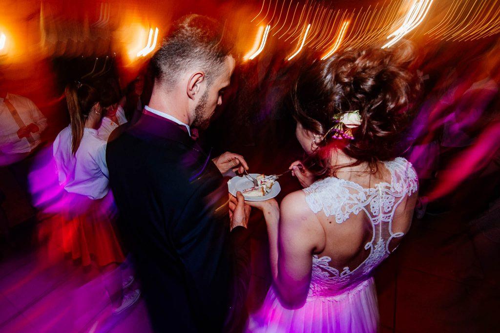 Próbowanie tortu na weselu