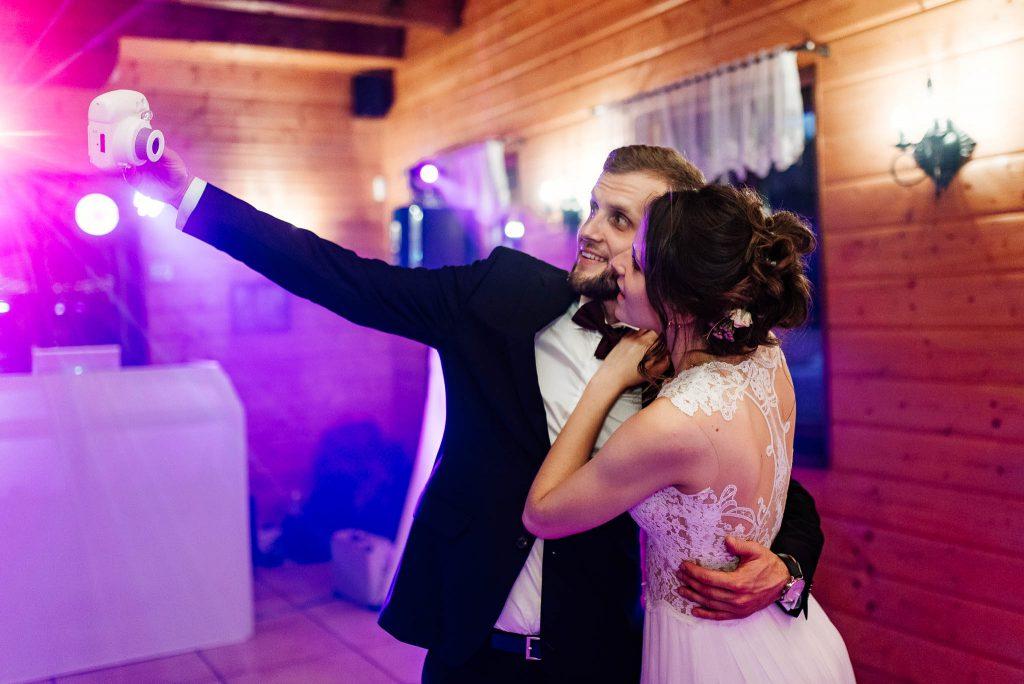 Nowożeńcy robią sobie selfie aparatem polaroid